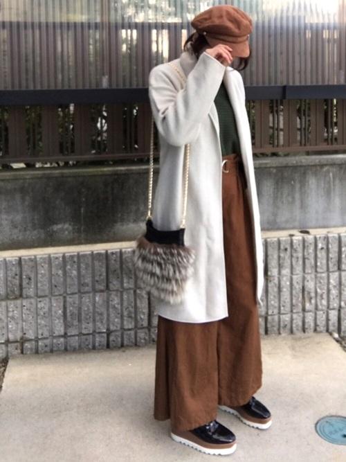 ベルト付きワイドパンツ×白ロングコート