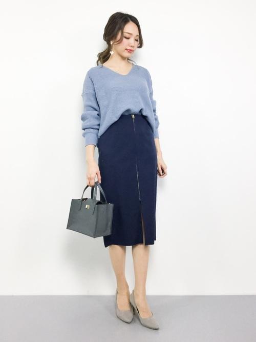 紺スカート×ブルーニットの女性向けコーデ