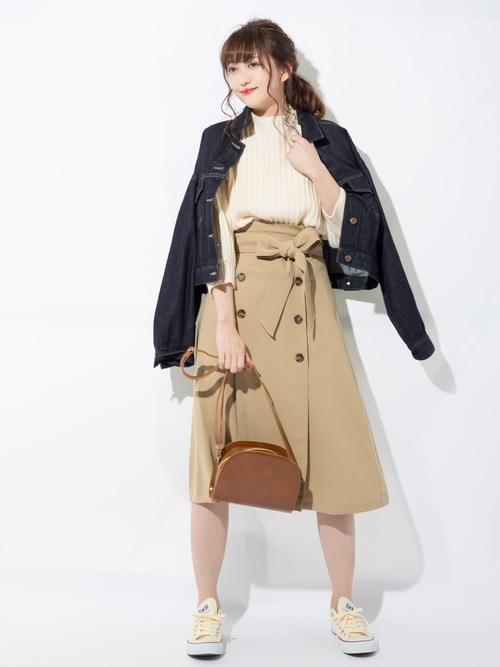 デニムジャケット×ベージュトレンチスカート