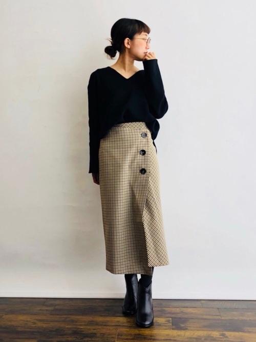 黒ニット×チェックタイトスカートの雪の日コーデ