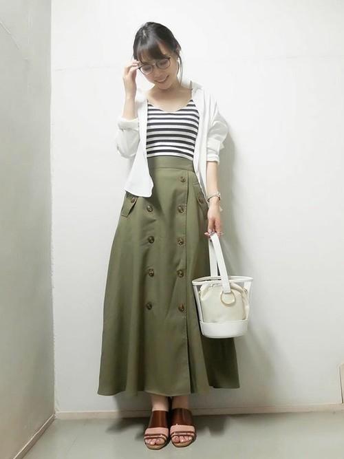 おすすめシャツ×カーキトレンチスカート