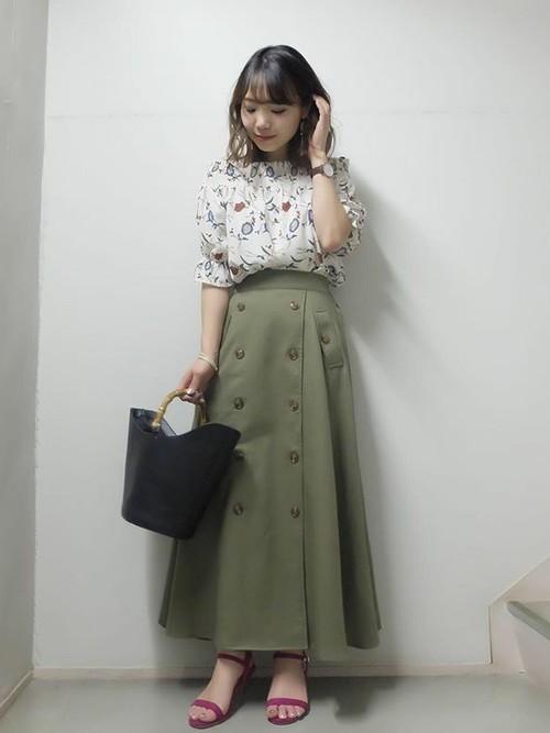花柄ブラウス×カーキトレンチスカート