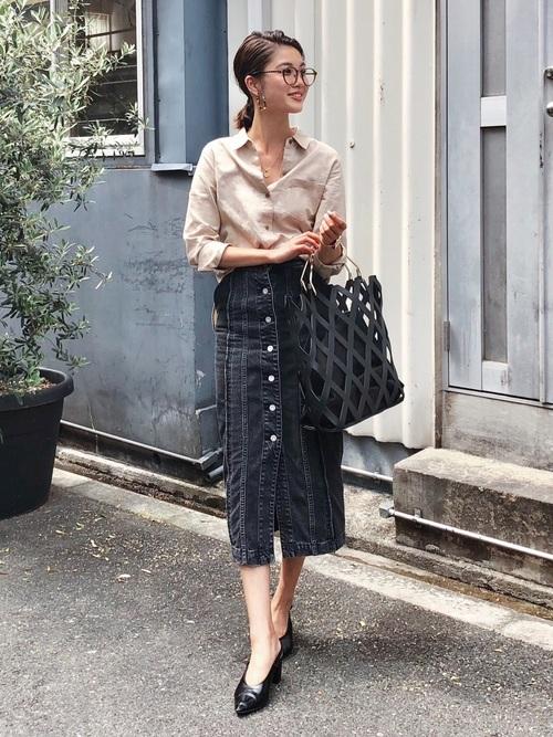 ベージュシャツ×デニムスカートの春コーデ