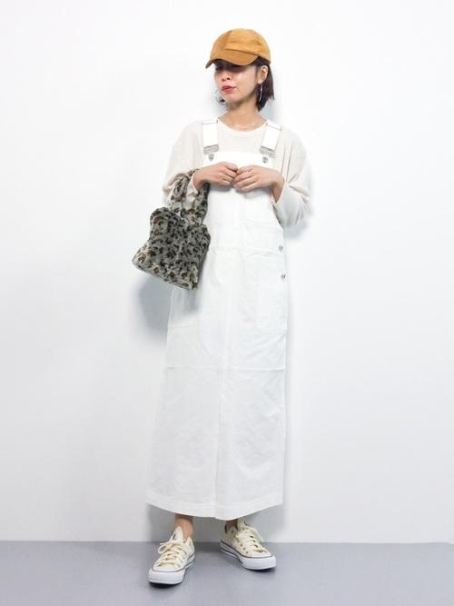 白サロペットスカート×スウェットコーデ