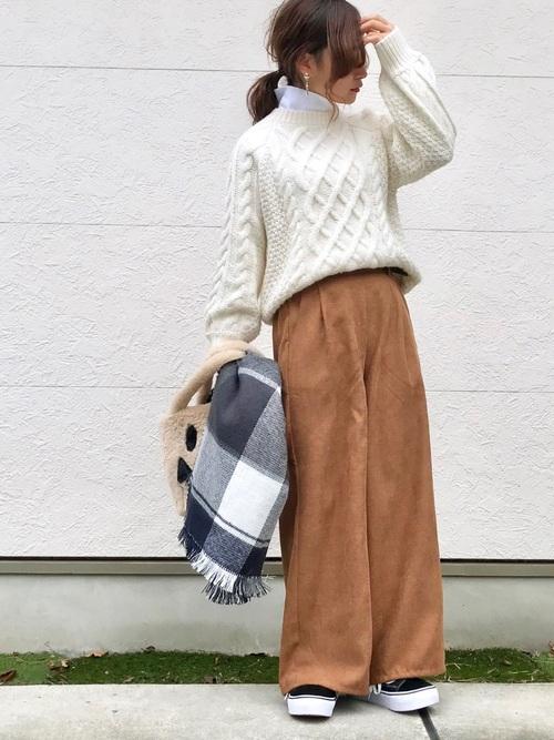 ベルト付きワイドパンツ×クルーネックセーター