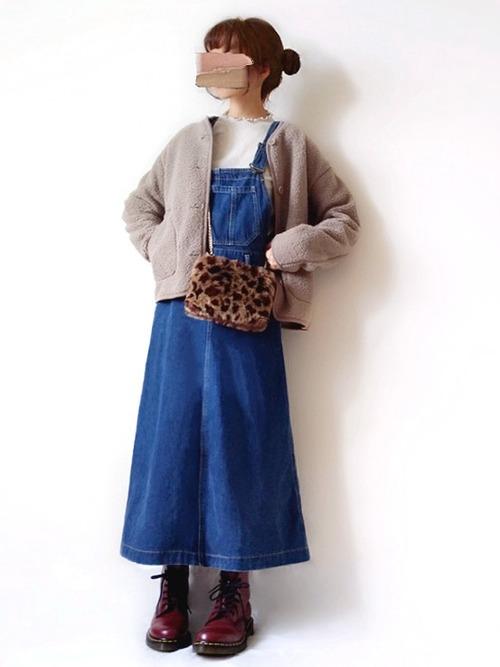 紺デニムサロペットスカート×ブルゾンコーデ