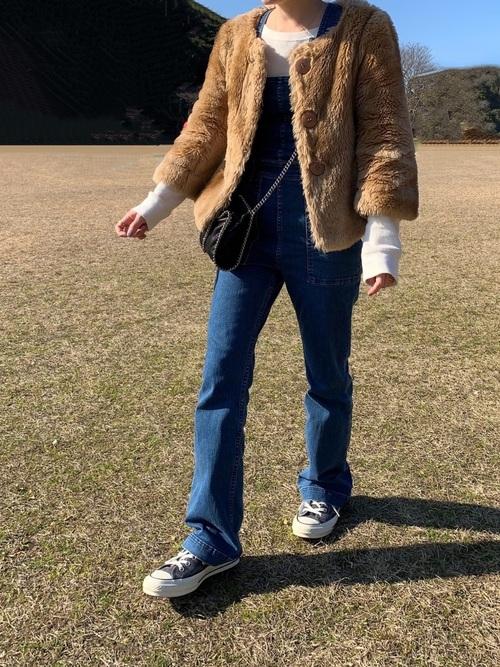 ファーのジャケットが好バランスなサロペットコーデ