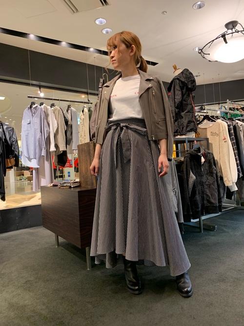 デザインが魅力的なストライプスカートコーデ
