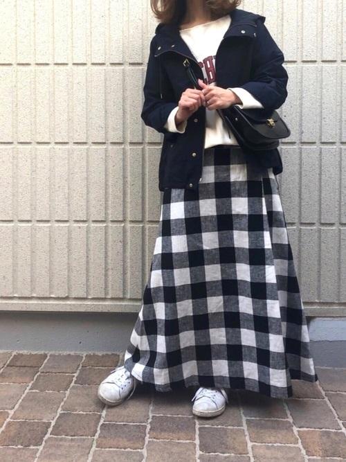 黒ギンガムチェック柄マキシスカートの春コーデ