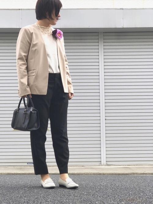 ノーカラージャケット×黒パンツ