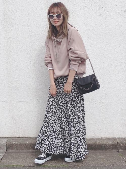 パーカー×花柄スカート