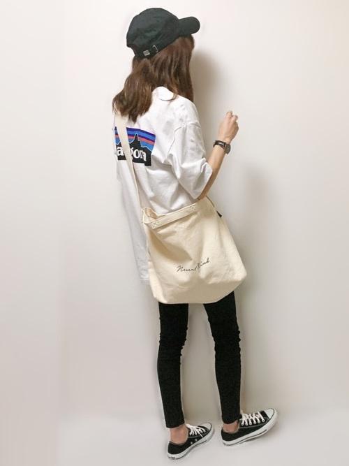 ロゴTシャツ×スキニーコットンパンツ
