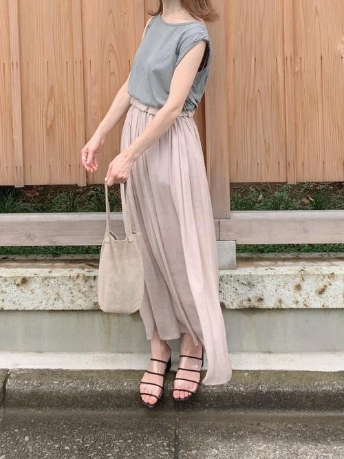 ノースリーブカットソー×ライトサテンスカート