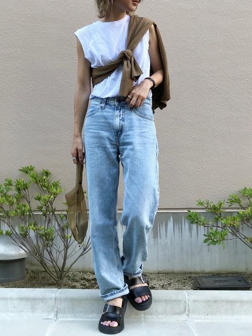 スリーブレスTシャツ×ストレートフィットデニム