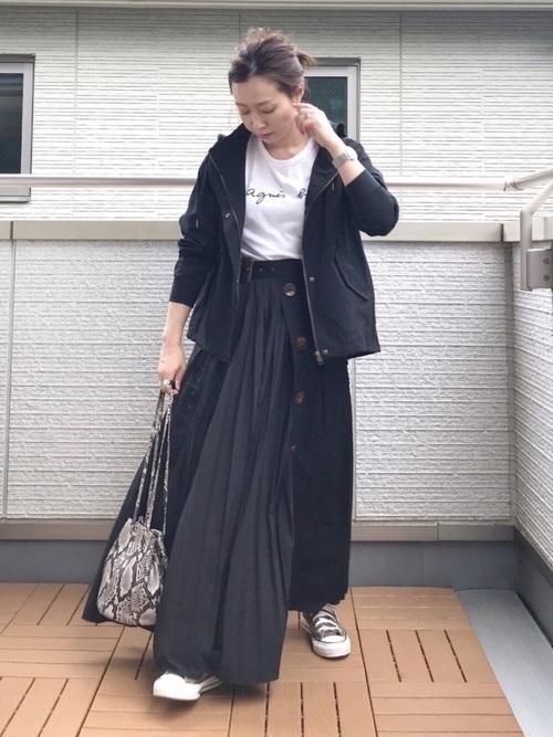マウンテンパーカー×黒トレンチスカート