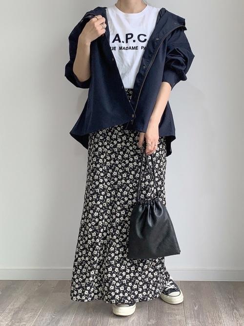 マウンテンパーカー×花柄スカート