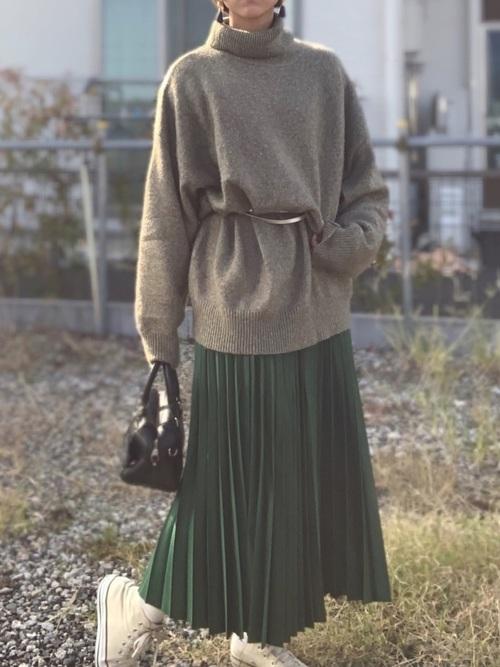 グリーンカラーのプリーツスカートコーデ