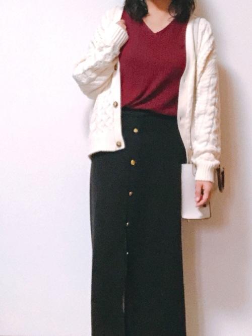 白カーディガンとタイトスカートで定番コーデ