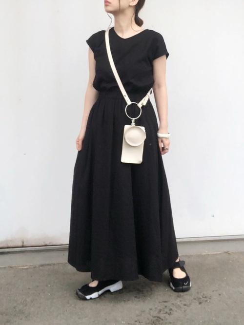 黒×白色ミニショルダーバッグで人気のモノトーンコーデ