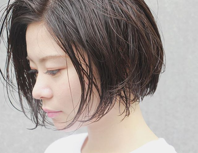 ウェットな暗髪が可愛いボブスタイル