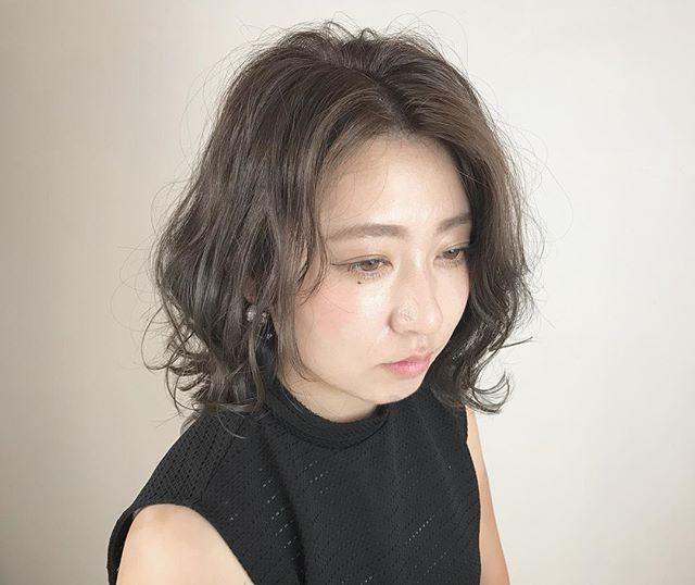 クールな髪色のゆるめヘアスタイル