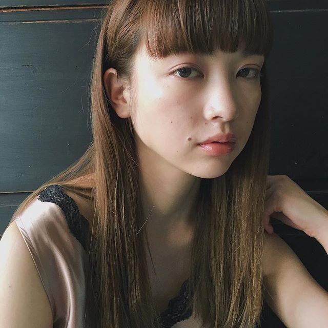 クールストレート×前髪ぱっつんのロングスタイル