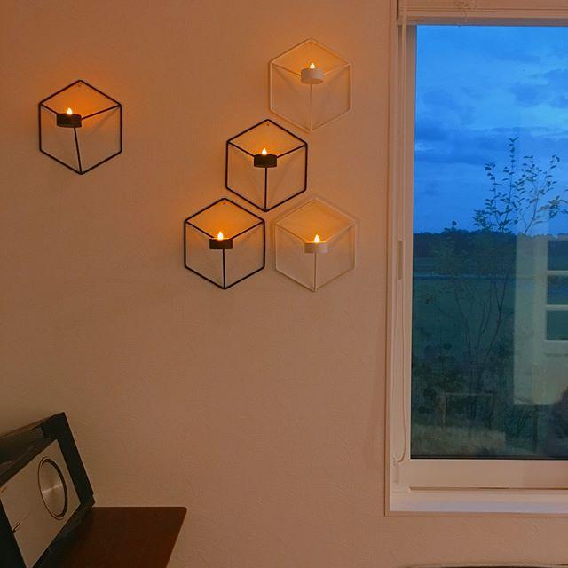 壁につけるキャンドルスタンドで壁面を照らす