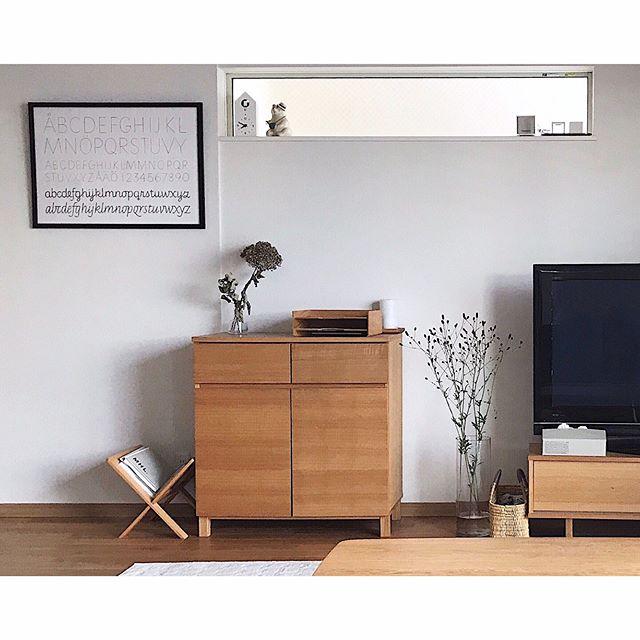 居間のインテリアになるシンプルな収納家具