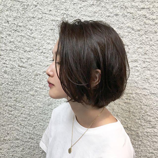 暗髪の前髪なしさらさらヘアスタイル