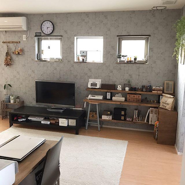 小粋な灰色の柄クロスを使った格好良い部屋
