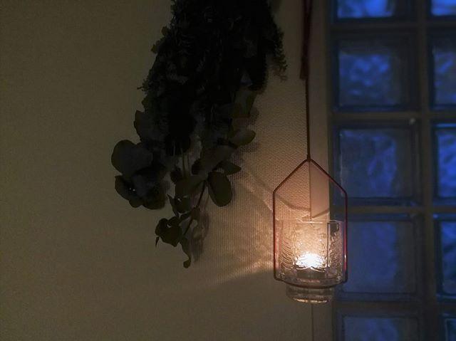 吊るすタイプのキャンドルホルダーで影を演出