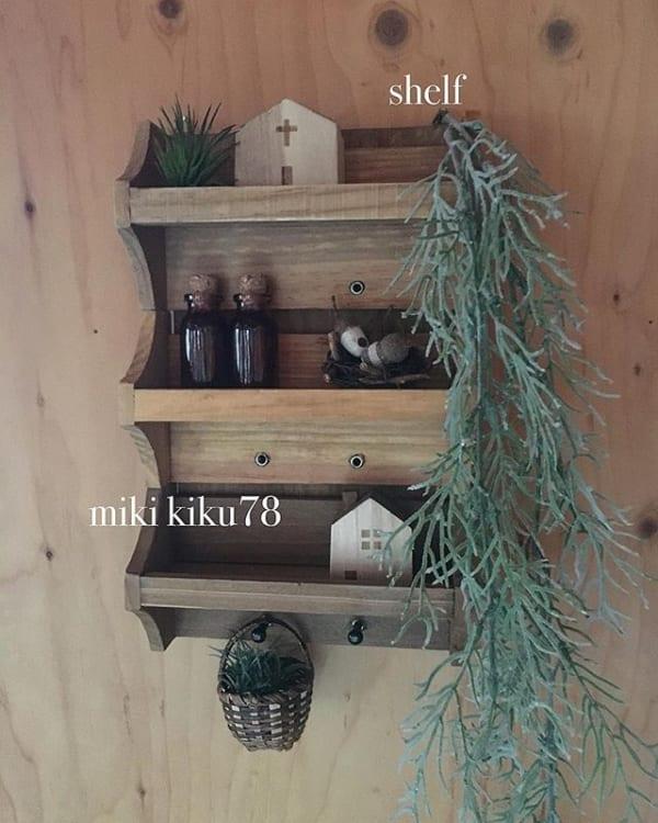 人気商品をおしゃれに飾った壁面棚