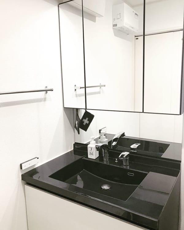 こだわり黒白インテリアのミニマリスト洗面所