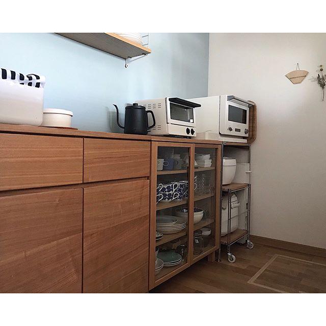 収納家具を並べて作る台所の背面収納棚
