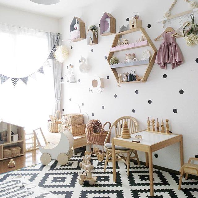 おもちゃも家具も木やラタンで揃えて統一感を