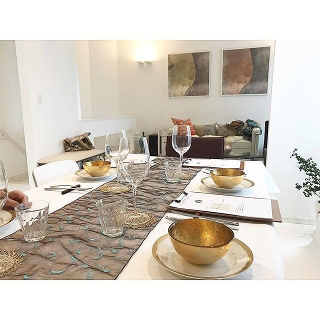 壁の絵画とテーブルコーディネートの色彩をリンク