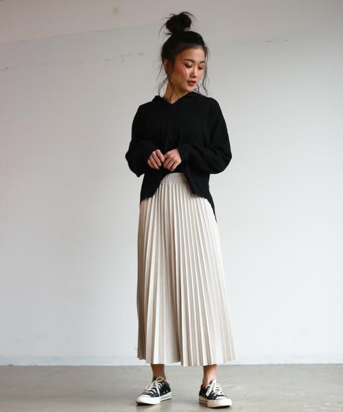 スエードスカートのスニーカーファッション