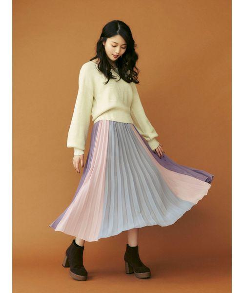 ブルー×ピンク×パープルの3色ブロック地のスカートは、華やかで人目を引くこと間違いなし! フェミニンなスカートなので、あえて足元はごつめブーツでバランスを取るのがおすすめです。