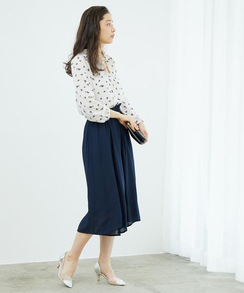 花柄ブラウスのビジネスカジュアルな服装