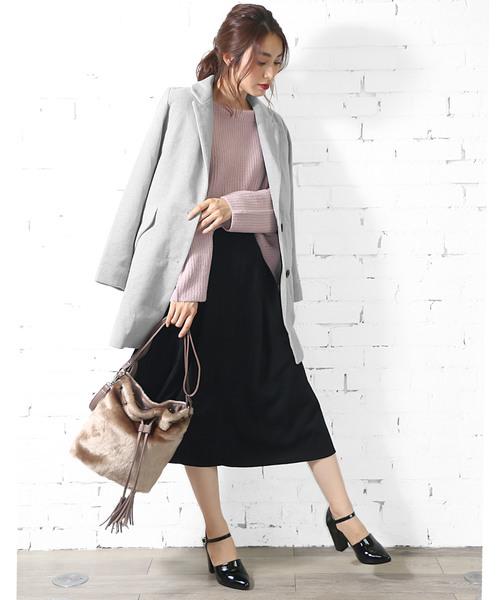ピンクニット×黒スカート