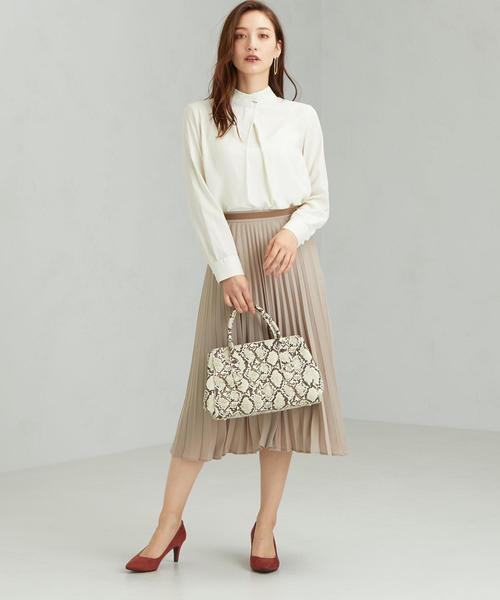 揺れスカートの女性らしい通勤スタイル
