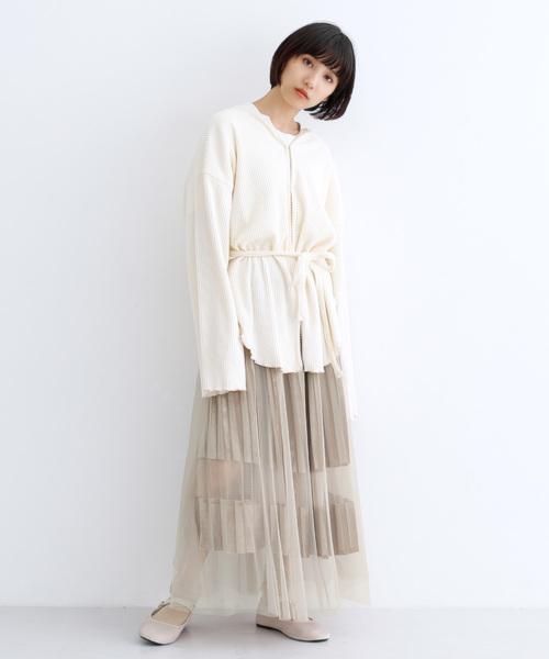 茶色チュールスカート×白トップスの春コーデ