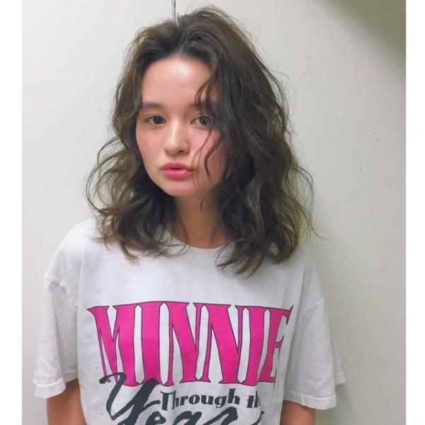 センター分け前髪×ミディアムヘア《ウェーブ》5