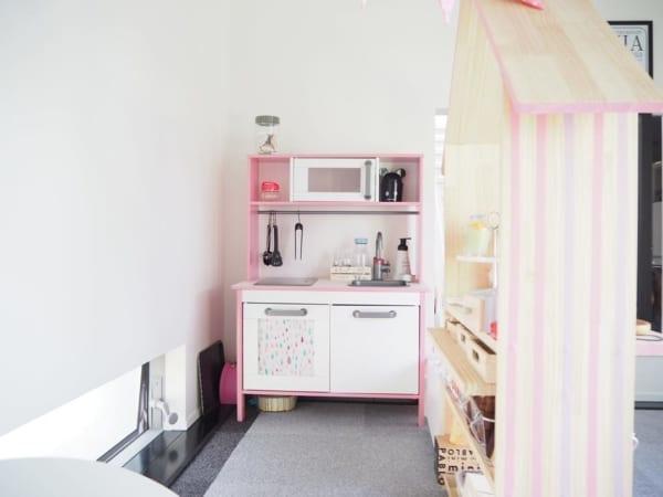 DIYでピンクにしたままごとキッチン収納