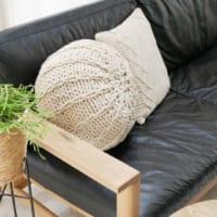 お部屋に適度な抜け感を作る!コロンとした可愛らしい形が特徴の「ニットプフ」