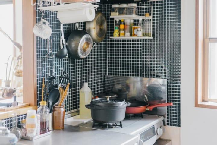キッチンの壁を活用した二人暮らしの収納