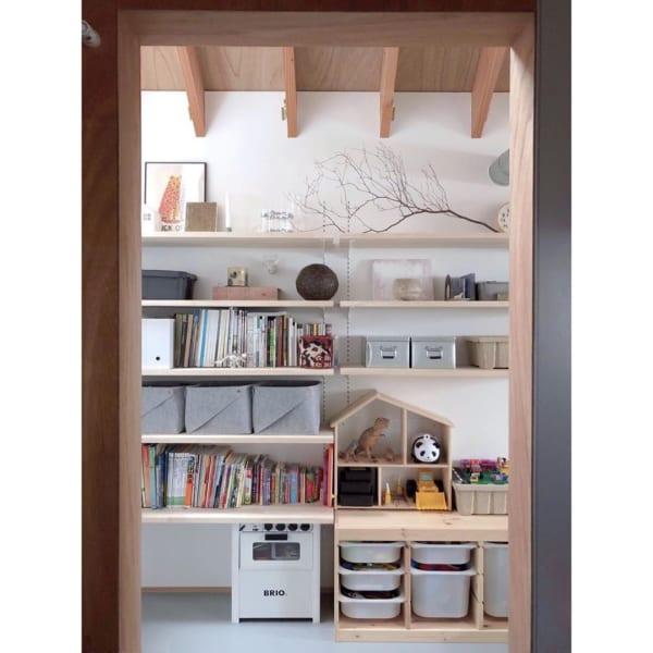 遊び心を加えてすっきり収納できる棚