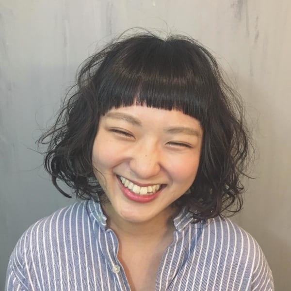 パッツン前髪でプードルパーマボブ
