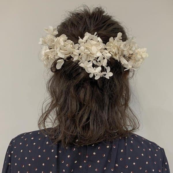 花嫁向けのダウンスタイル⑤ウェーブ&白いお花