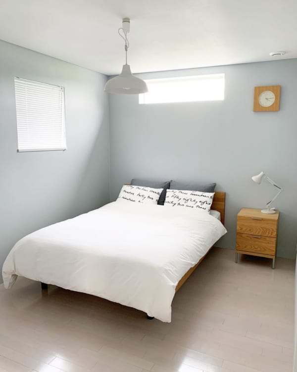 最低限の物しか置かない寝室